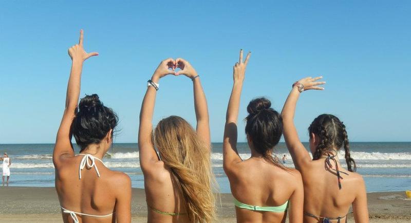 Бойфренды фотографируют подружек отдыхая у моря  230711